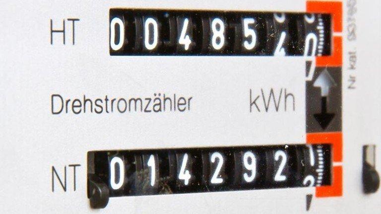 """Zwei-Tarif-Stromzähler: HT und NT, das steht für """"Hochtarif"""" (umgangssprachlich Tagstrom) und """"Niedertarif"""" (Nachtstrom). Foto: Jürgen Fälchle – stock.adobe.com"""