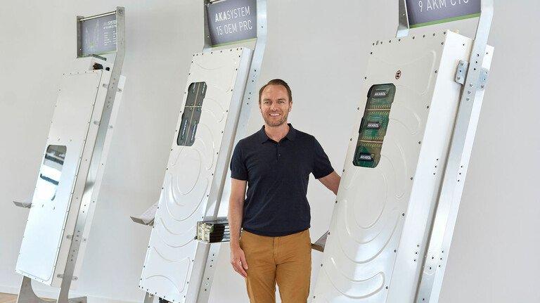 Will die E-Mobilität voranbringen: Sven Schulz, CEO von Akasol, inmitten von Batteriesystemen, die in Darmstadt produziert werden.