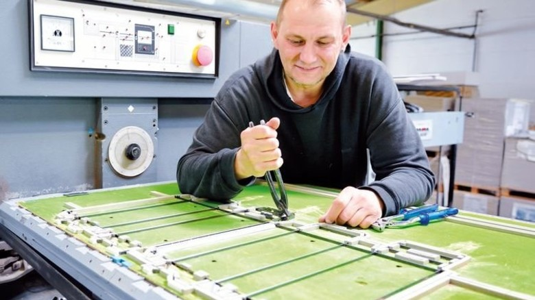 Feintuning: Torsten Schubert beim Werkzeugwechsel. Foto: Scheffler