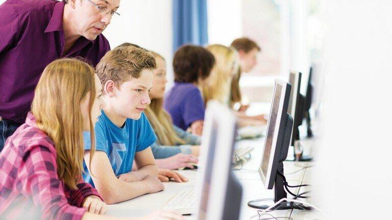 Am Computer: Informatik wird immer wichtiger, aber nicht alle Bundesländer haben das Fach verpflichtend auf dem Lehrplan.