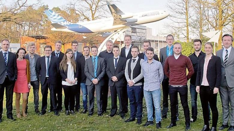 Starke Truppe: Die ehemaligen Auszubildenden von Premium Aerotec in Varel und Bremen mit Personalleiter Stefan Flenker (rechts). Foto: Werk