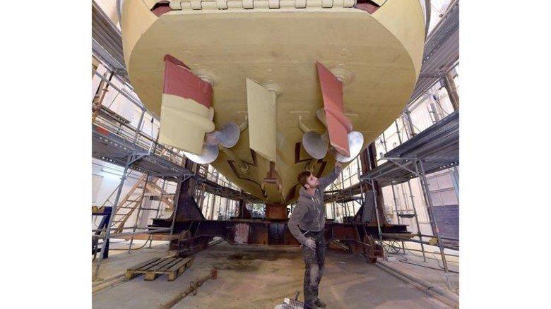 Neue Farbe: Christian Heinrich lackiert das Ruder eines Rettungsschiffs. Foto: Augustin