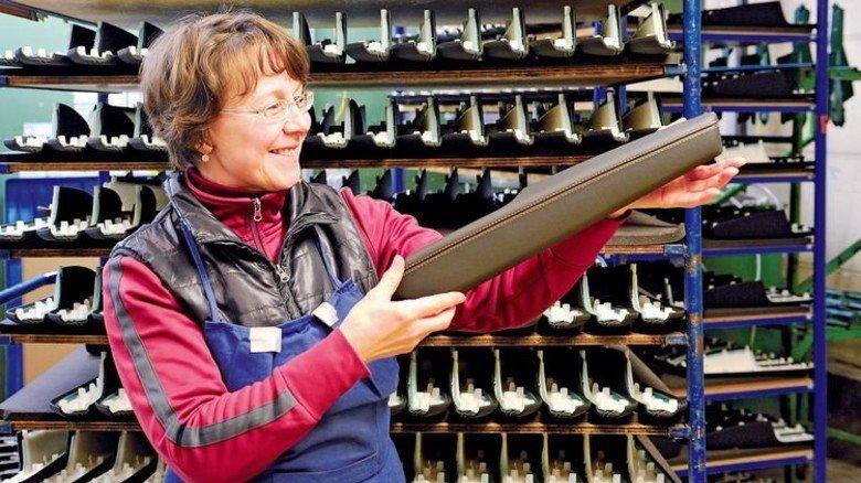 Stimmt die Qualität? Svetlana Hanemann kontrolliert eine fertige Armauflage. Foto: Wirtz
