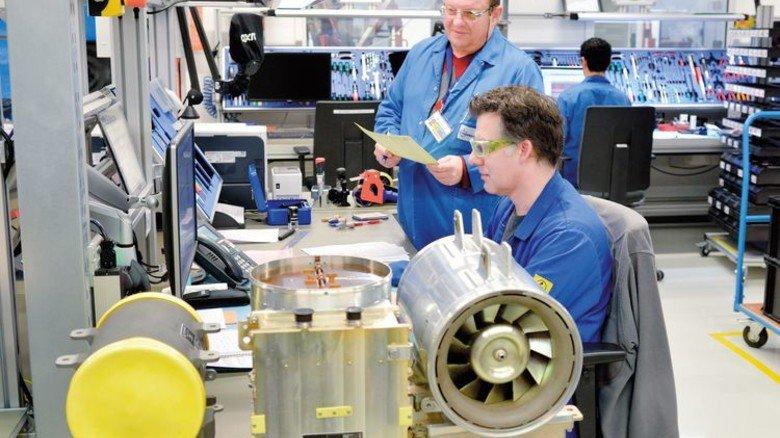 Im Service: Zwei Mitarbeiter bei Wartungsarbeiten an Hochleistungsgebläsen. Foto: Scheffler