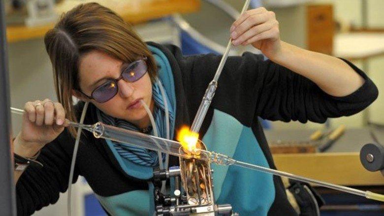 Guckt sich schon mal was bei Kollegen ab: Ramona Weber lernt zusammen mit 22 jungen Frauen und Männern Glasapparate für Forschung und Industrie herstellen. Foto: Sandro