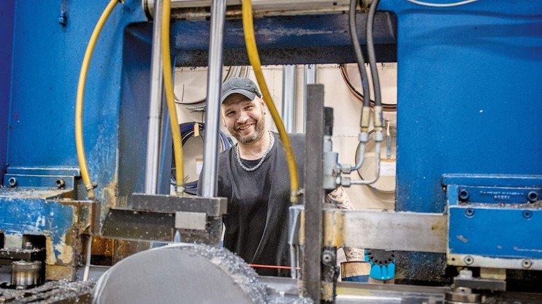 Beim Arbeitgeber Neuenkamp: Thomas Lünenschloss ist Vorarbeiter in der Sägerei.
