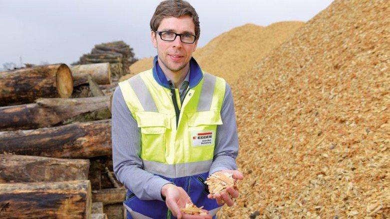 Auf dem Holzlagerplatz: Der Rohstoff für die Produktion des Egger-Laminats kommt überwiegend aus der Region. Foto: Augustin