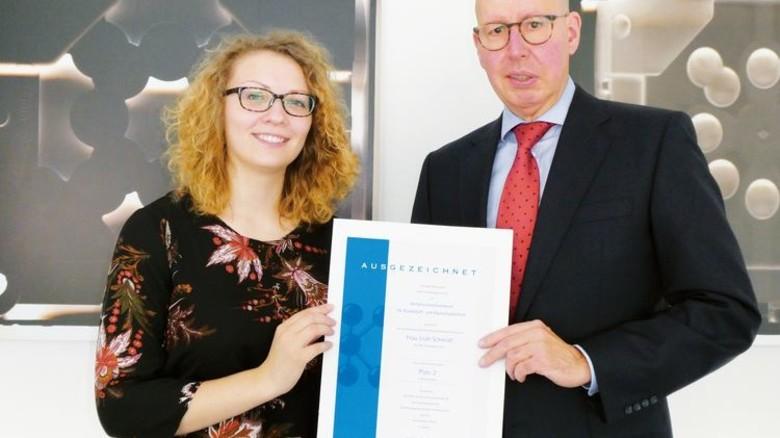 Preis für gute Leistung: Leah Schmidt erhält die Urkunde von pro-K Geschäftsführer Ralf Olsen. Foto: Werk