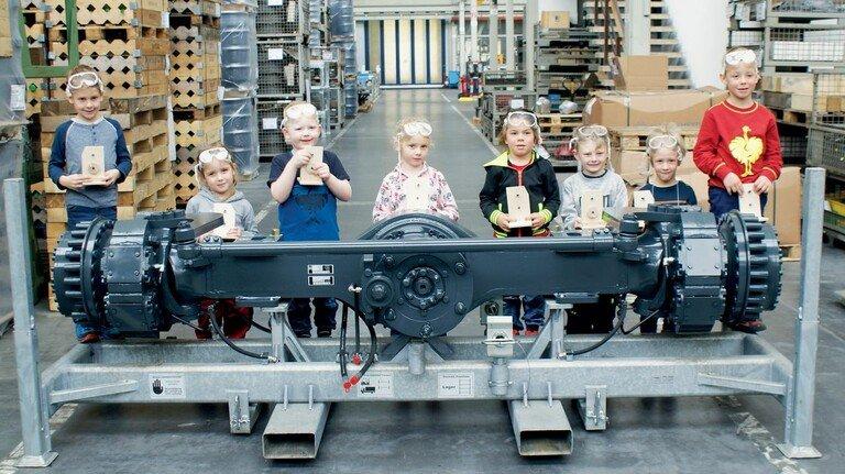 """Ein Bild aus einem """"normalen"""" Jahr: Kindergartengruppe zu Besuch bei der Kessler & Co. GmbH in Abtsgmünd."""
