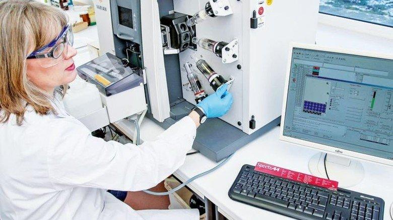 Hochpräzise Technik: Am Atomabsorptionsspektrometer untersucht Claudia Huse eine Probe. Foto: Gossmann