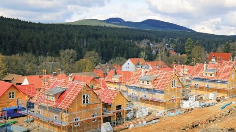 Wohnen: In Sachsen-Anhalt entstehen Häuser in einem Ferienpark. Foto: dpa