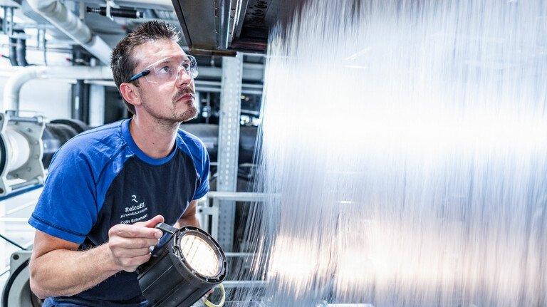 Testlauf im Technikum: Auf den Maschinen der Troisdorfer werden 75 Prozent des Materials für medizinische Schutzkleidung weltweit hergestellt.