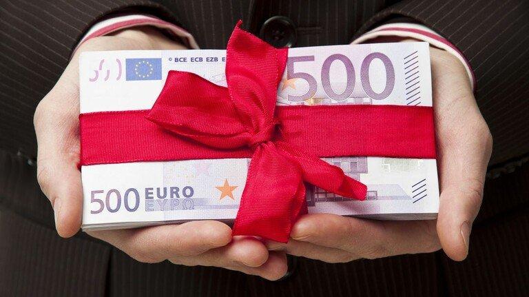 Geld oder Immobilien: Wenn man jemandem ein sehr teures Geschenk macht, sollte man ein paar Regeln beachten, damit die Freude lange währt.