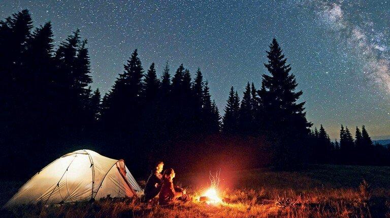 Natur pur: Es gibt viele schöne Orte und Gelegenheiten, um im Urlaub oder am Wochenende eine Nacht im Freien zu verbringen.