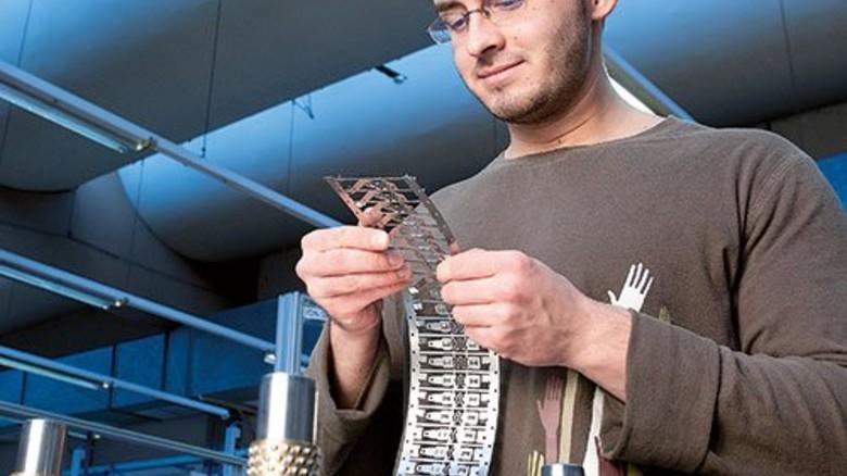 Alles okay? Daniel Kuhn kontrolliert anhand eines Stanzstreifens, ob die Werkzeuge richtig arbeiten. Foto: Moll