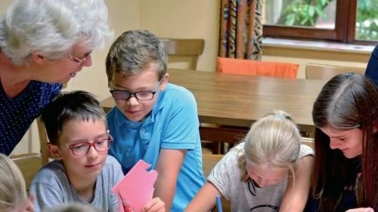 Bastelstunde: Auch pensionierte Veritas-Mitarbeiter helfen beim Betreuen. Foto: Scheffler