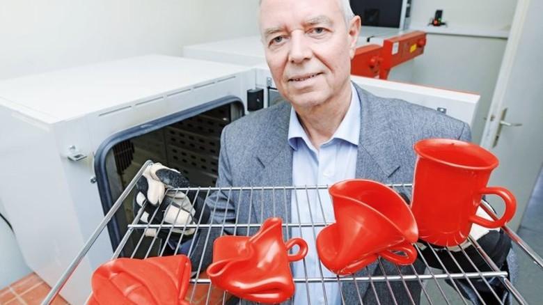…dass er eigentlich eine Tasse ist! Firmenchef Thomas König mit Demo-Backrost vor dem Wärmeofen. Foto: Sturm