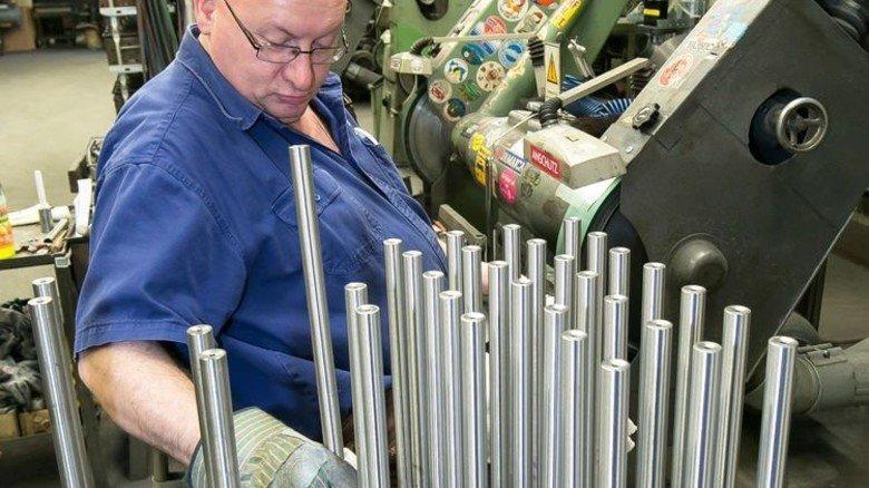 Stück für Stück: Frisch produzierte Gewehrläufe aus Edelstahl werden von Hand blank geschliffen. Foto: Mierendorf