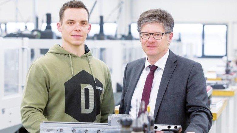 Stolz: Uwe Heßler (rechts), Leiter der Aus- und Weiterbildung bei Mapal. Foto: Eppler