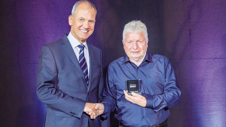 Bei der Jubilarnacht: Pirelli-Deutschland-Chef Michael Wendt (links) überreicht Ottmar Beck eine offizielle Ehrung. Foto: Pirelli