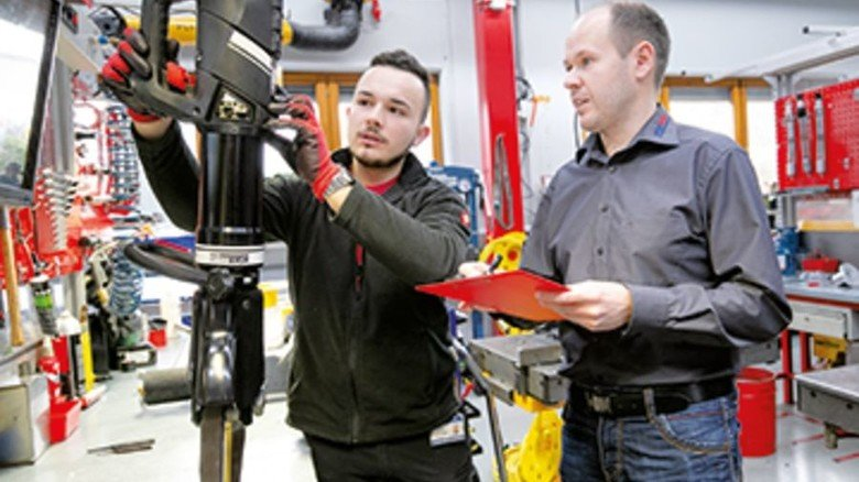 Bei der Arbeit: Andreas Conz (rechts) in einer Besprechung mit seinem Kollegen Arthur Urbach. Foto: Mierendorf