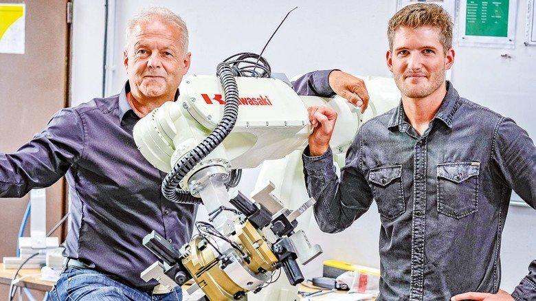 Zweites Standbein: Götz, hier mit Firmenchef Thomas Pomp, wird künftig auch Roboter vermarkten.