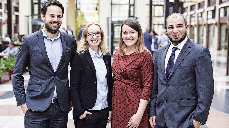 Forschung mit Bezug zur Praxis: Die Preisträger Jan Plagge, Maike Sophie Tebben, Stephanie Kautz und Sahbi Aloui.