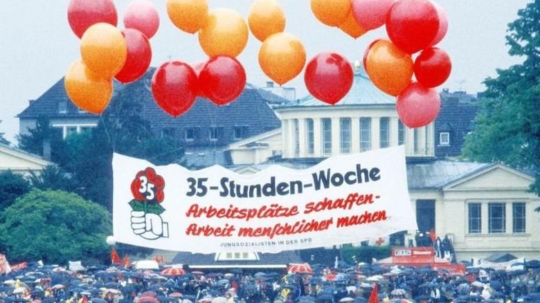 Demo 1984: Viele Menschen sehnten sich nach einer 35-Stunden-Woche. Die wurde 1995 per Tarifvertrag eingeführt. Foto: Imago