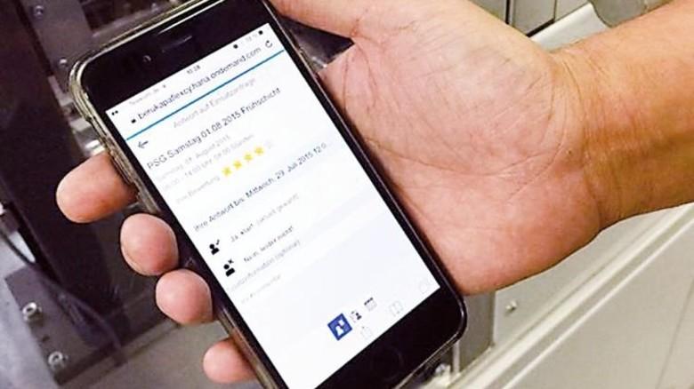 Schichtplanung per App: Was tun, wenn plötzlich Mehrarbeit anfällt? Bei Borgwarner in Ludwigsburg hat sich eine spezielle App bewährt: Damit können sich die Mitarbeiter per Smartphone direkt an der Planung der Kapazitäten beteiligen. Foto: Fraunhofer