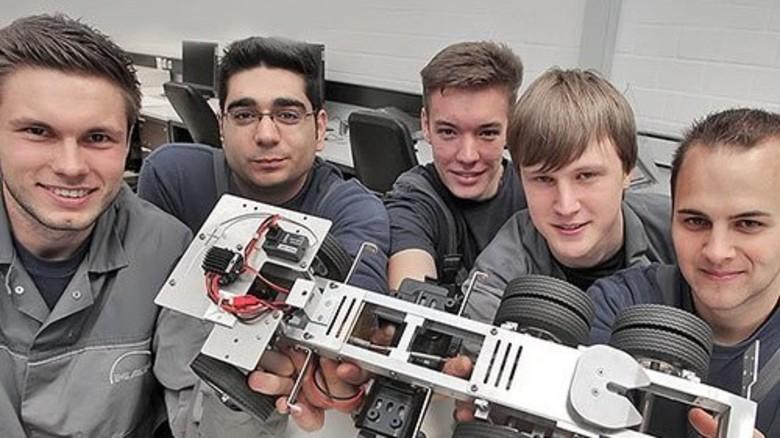 Sichtlich stolz auf ihr selbst gebautes Chassis: Marvin Roß, Alper Kaya, Kevin Graw, Jonas Ahrenstedt und Christoph Schlender (von links). Foto: Gossmann