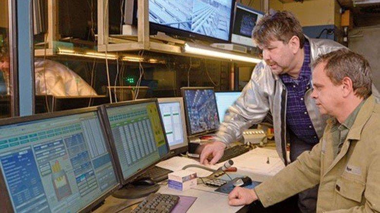 Die Kommandozentrale: Direkt über der Kühlkammer überwachen Rainer Günther (links) und Stefan Poppe die Produktion. Foto: Augustin