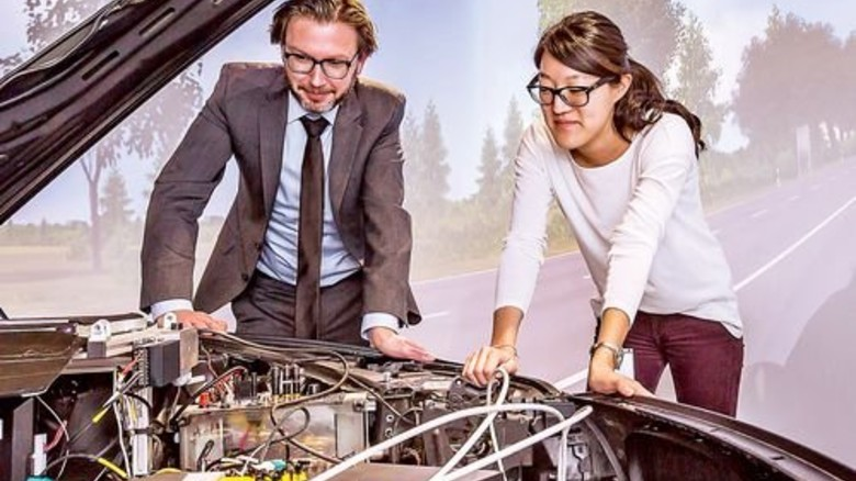 Besonderes Innenleben: Unter dieser Motorhaube arbeiten Rechner. Foto: Schulz