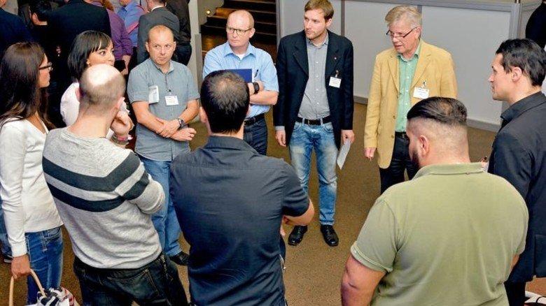 Redezeit: Teilnehmer in der Diskussion. Foto: Scheffler