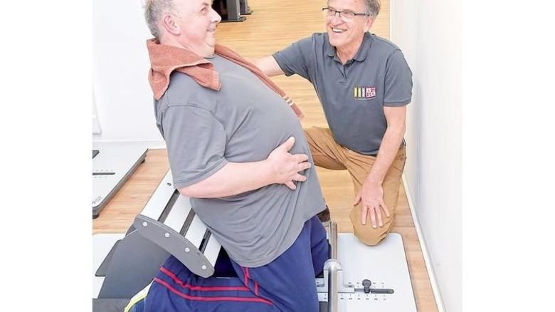 Beweglich bleiben: Produktionsmitarbeiter Georg Bellemann (links) mit dem Leiter des Trainingszentrums, Klaus Bittlinger. Foto: Sandro