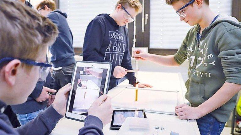 Mit Tablet: Pfiffiger Chemieunterricht an einer Modellschule in Erlangen. Foto: Karmann