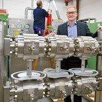 Im Betrieb: Nico Schmäling Nico Schmäling, Geschäftsführer von John Crane in Fulda, an einer Gasfilteranlage. Foto: Scheffler