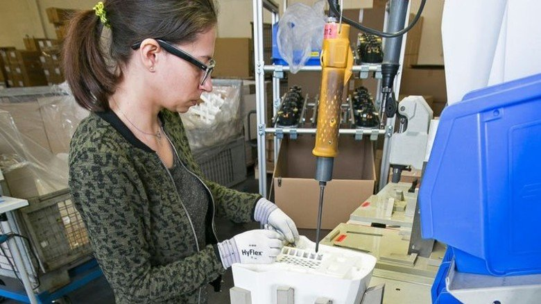 Fertigung: Bei Elektrostar werden auch Haartrockner montiert. Foto: Mierendorf