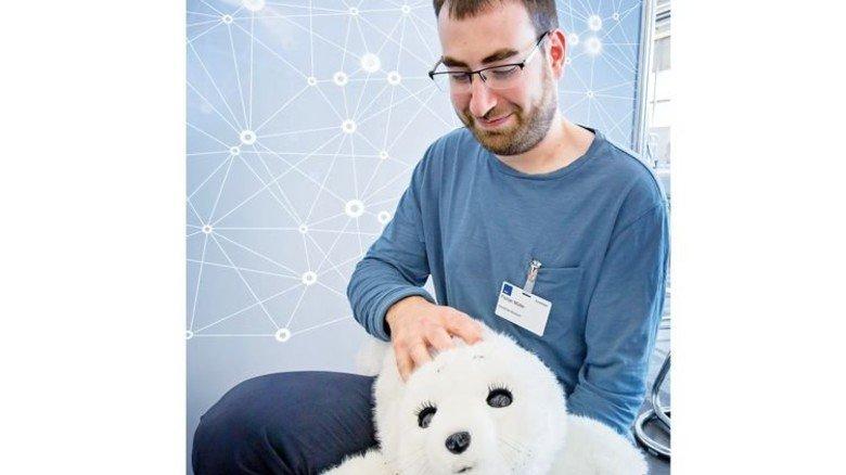 """In der Pflege ist der Betreuungsbedarf hoch, aber Personal knapp. Technik wie die Robbe """"Paro"""" hilft: Der Kuscheltier-Roboter, der in knapp 50 Einrichtungen in Deutschland eingesetzt wird, regt Demente an, baut Stress und Ängste ab. Foto: Schulz"""