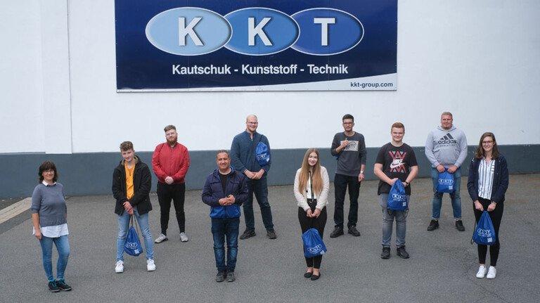 Auf Abstand: Acht Auszubildende und ein Praktikant an ihrem ersten Tag. Mit dabei: KKT-Ausbildungsbeauftragte Catrin Krückeberg (links) in Osterode.