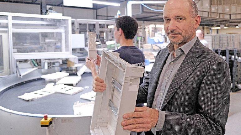 Nachhaltig: Geschäftsführer Ralf Swoboda zeigt eine Verteilerschrank-Rückwand aus recyceltem Kunststoff.