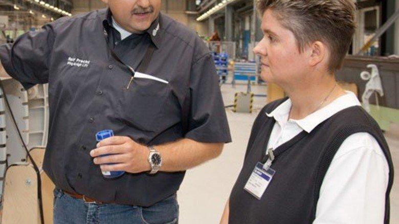 Chemie-Stunde: Airbus-Mitarbeiter Ralf Precht  erklärt Lehrerin Michaela Gutsch seine Arbeit. Foto: Werk