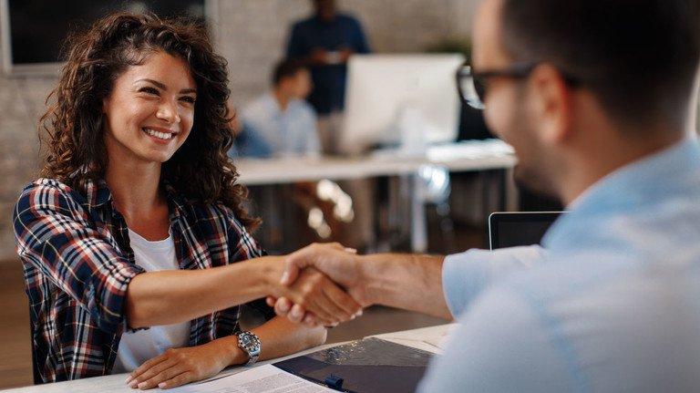 Auf eine gute Zusammenarbeit: In der Probezeit gelten für Arbeitnehmer besondere Regeln.
