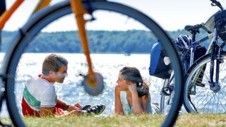 Pause am Wasser: Unterwegs an der Mecklenburgischen Seenplatte. Foto: Tourismusverband Mecklenburg-Vorpommern
