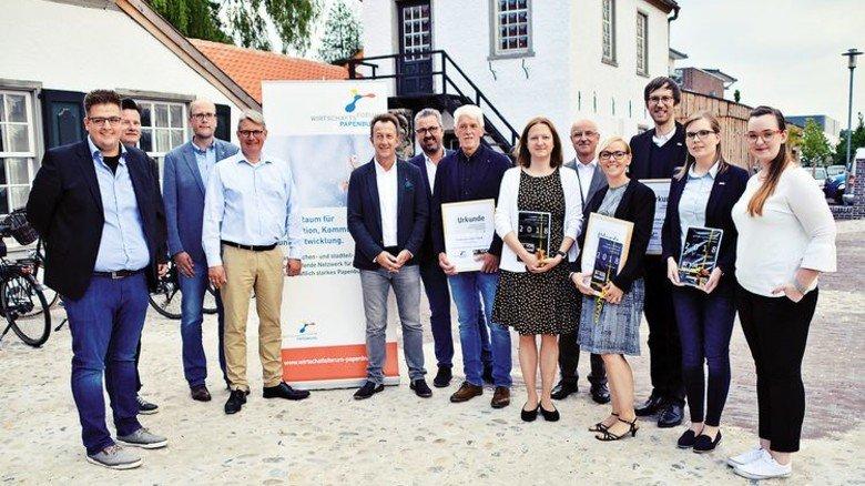 Geehrt: Die Ausbilder von KS Gleitlager mit Kollegen aus zwei anderen Firmen. Foto:  KS Gleitlager