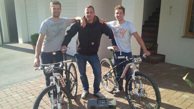 Nie ohne meine Werkzeugkiste! Kilian-Mitarbeiter Heyn hilft auch mal anderen Bikern aus der Klemme.