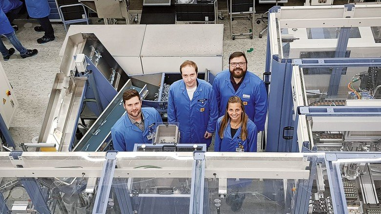 Smarte Fertigung: Florian Meierhofer (links) mit seinem Team im Elektronikwerk Amberg.