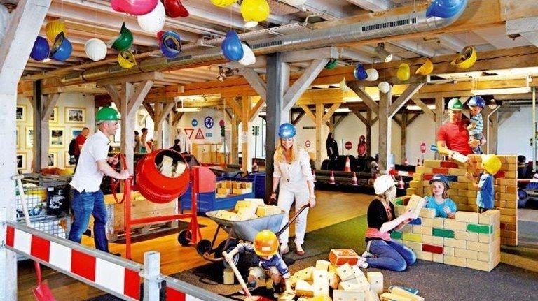 Wände hochziehen: Das macht großen und kleinen Baumeistern im Duisburger Explorado Spaß. Foto: Explorado
