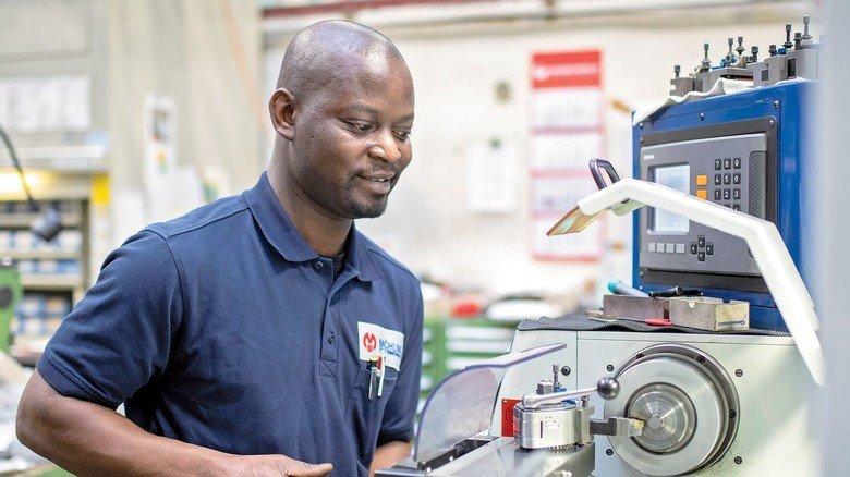 Ganz bei der Sache: Aboubacar Camara hat bei der Firma Möhling in Altena seine Leidenschaft fürs Metall  entdeckt.