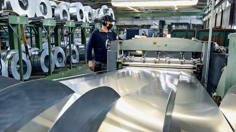 Ausgangspunkt: Jens Langwieler an der Spaltanlage, an der die Bänder für Rolltorstäbe und Spezialprofile  geschnitten werden.