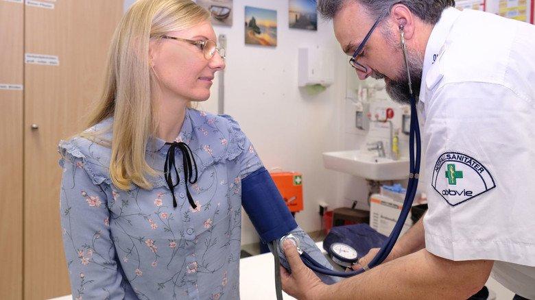 Gesundheitscheck: Eine Blutdruckmessung gehört für Betriebsarzt Martin Schmidtke zur Routine.